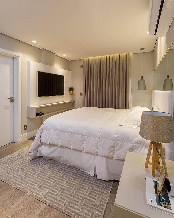decoração de quarto de casal com painel para tv e tapete bege geométrico Foto JERA Arquitetura e Engenharia