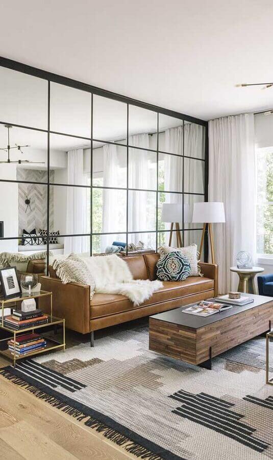 decoração de sala com sofá marrom e parede de espelho Foto Histórias de Casa