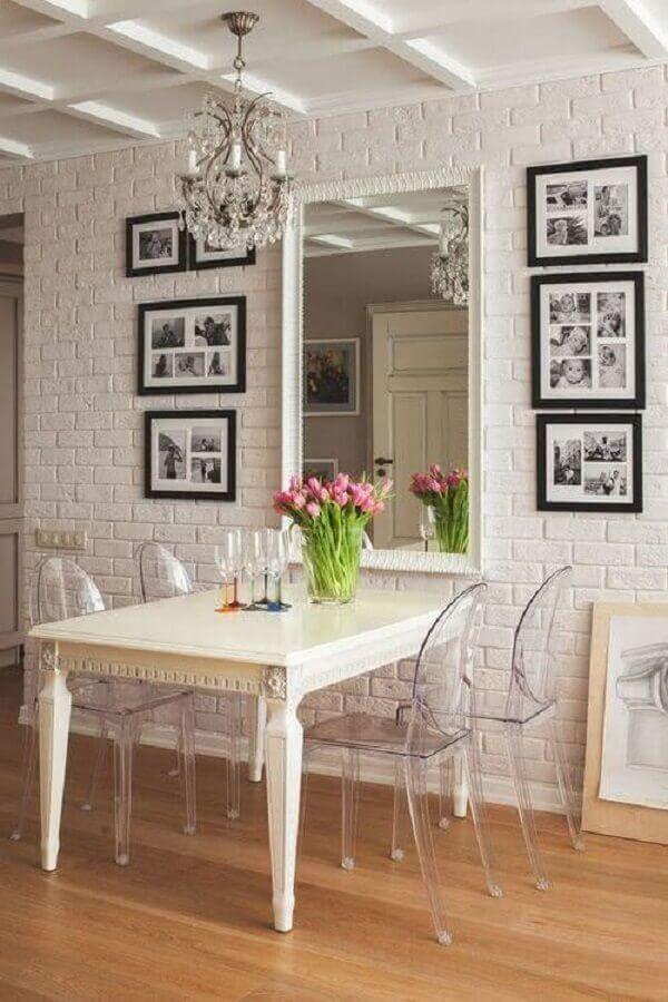 decoração de sala de jantar branca com espelho de parede em parede de tijolinho Foto Pinterest