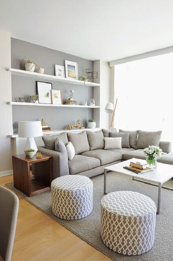 decoração de sala em tons de cinza claro com sofá de canto e puffs redondos Foto  Reciclar e Decorar