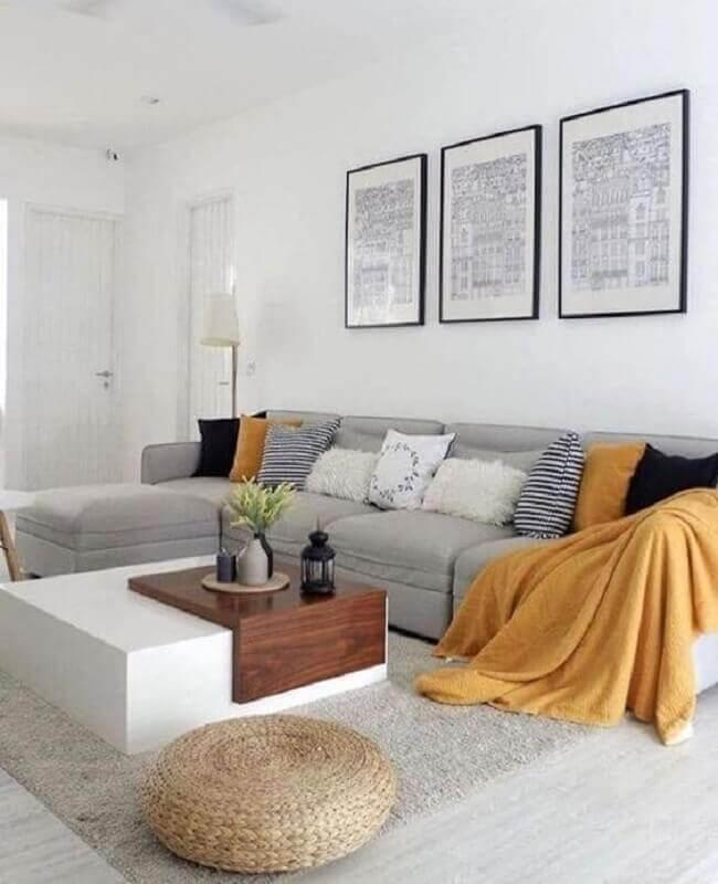 decoração de sala em tons de cinza claro e com manta amarela Foto Meu Estilo Decor