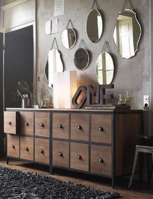 decoração rústica com cômoda de madeira e espelho de parede decorativo  Foto Archzine