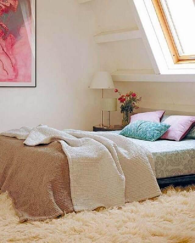 decoração simples com tapete para quarto bege  Foto Jeito de Casa