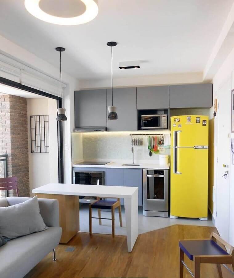 decoração simples para cozinha em tons de cinza com geladeira amarela  Foto Pinterest