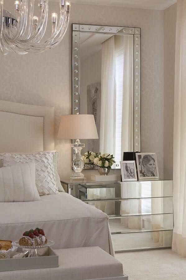 decoração em cores neutras com espelho de parede para quarto sofisticado com criado mudo espelhado Foto Pinterest