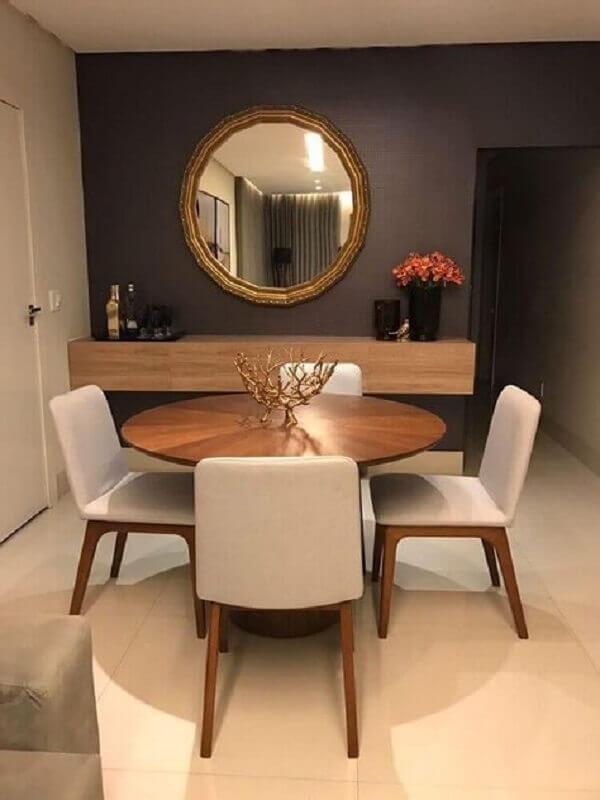 espelho de parede com moldura dourada para sala de jantar decorada com mesa redonda de madeira Foto Pinterest