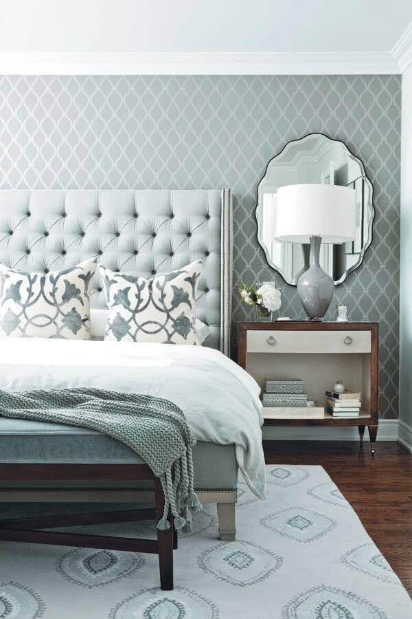 espelho de parede para quarto cinza clássico decorado com cabeceira capitonê Foto Pinterest