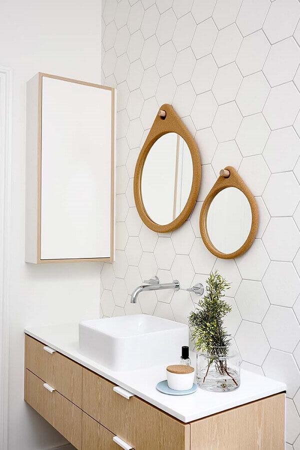 espelho de parede redondo com moldura de madeira para banheiro branco com revestimento hexagonal Foto Archilovers