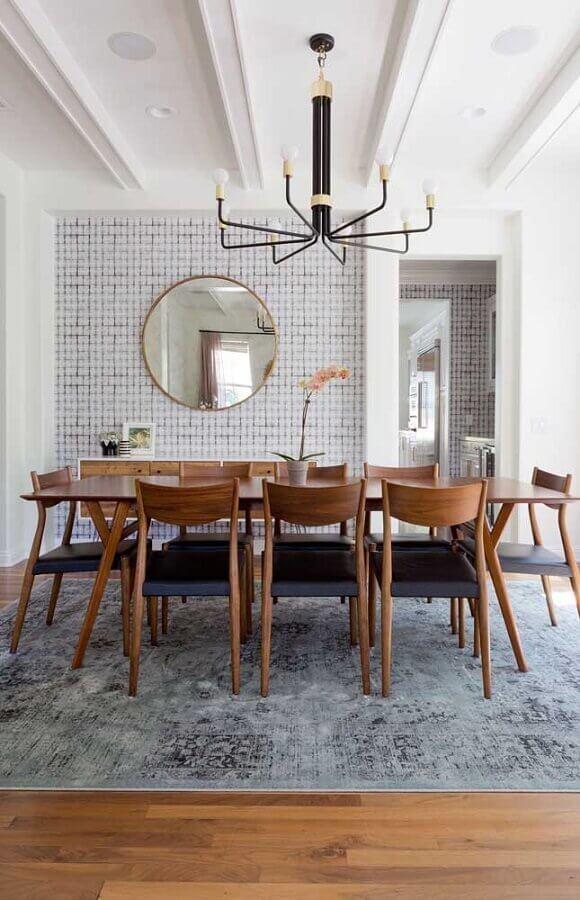 espelho de parede redondo para sala de jantar grande com tapete cinza e móveis de madeira Foto Home Fashion Trend