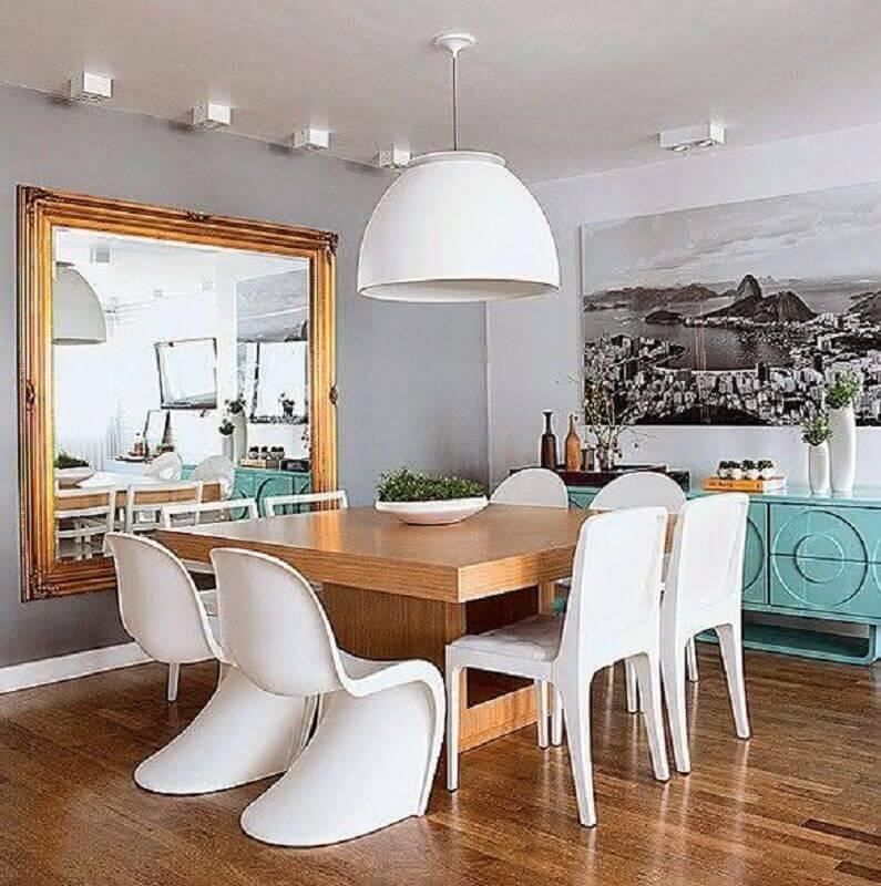 espelho grande de parede para sala de jantar com buffet azul tiffany e mesa de madeira quadrada Foto Só Decor
