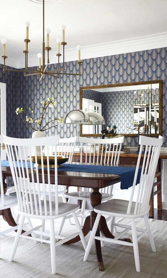 espelho para parede de sala de jantar com papel de parede azul e cadeiras brancas  Foto Home Furniture
