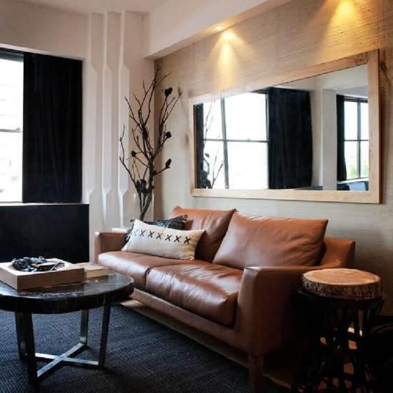 espelho para parede de sala decorada com tapete preto e sofá de couro marrom Foto Houzz