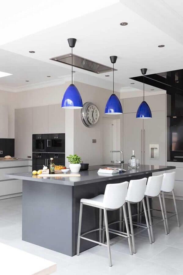 luminária pendente azul para decoração de cozinha com ilha em tons de cinza  Foto Apartment Therapy