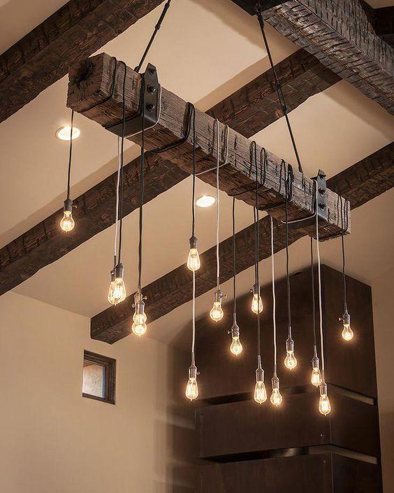 O lustre de madeira e luzes de gambiarra são lindos
