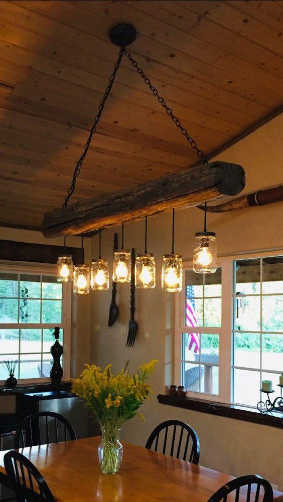 Lustre rústico de madeira na sala de jantar