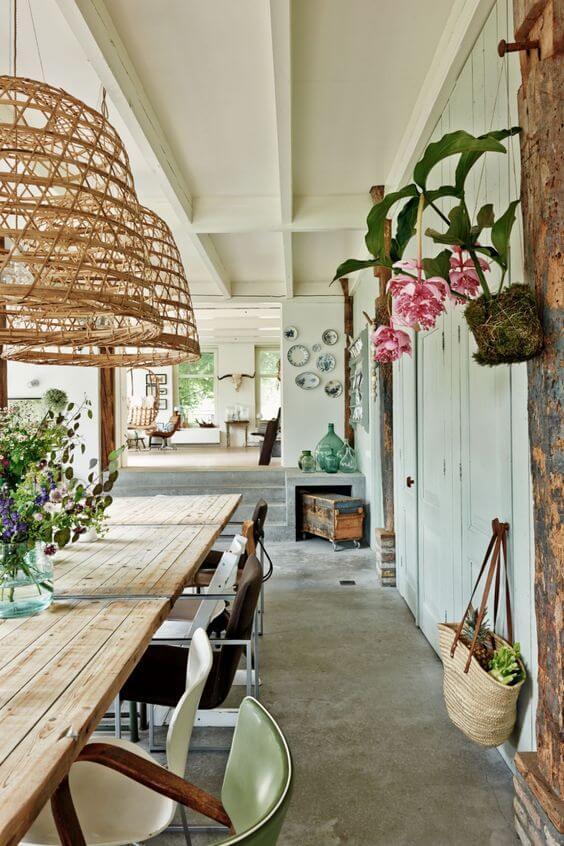 Lustre rústico para varanda com mesa de madeira e plantas pendentes