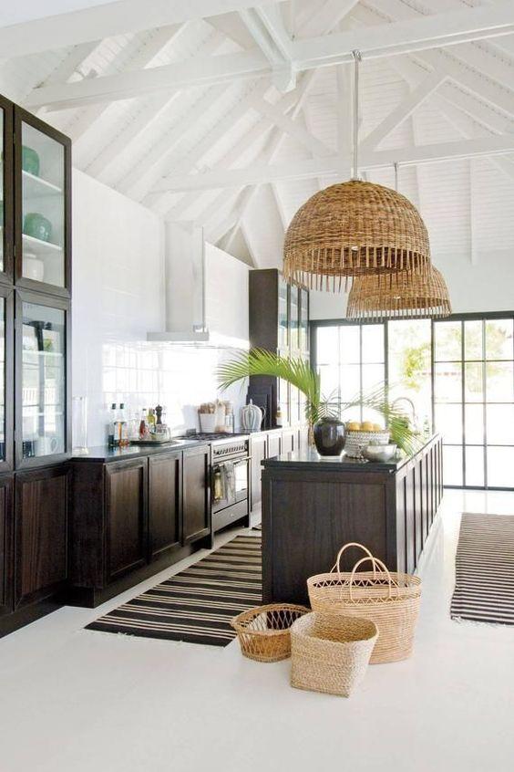 Lustre rústico pendente na cozinha cinza