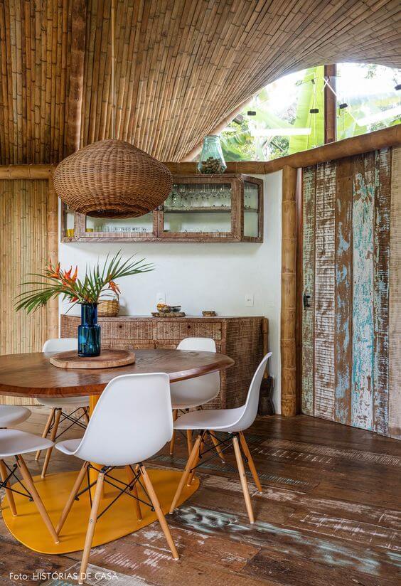 Lustre rústico para varanda com mesa redonda