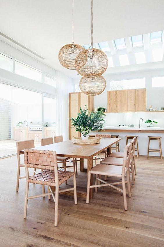 Mesa de jantar com lustre rústico