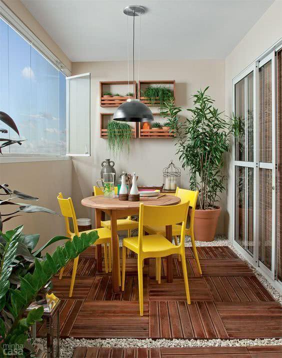 Mesa para varanda gourmet com cadeira amarela