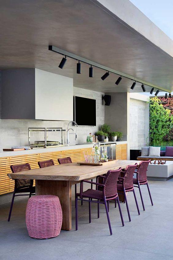 Mesa para varanda gourmet com cadeira roxa