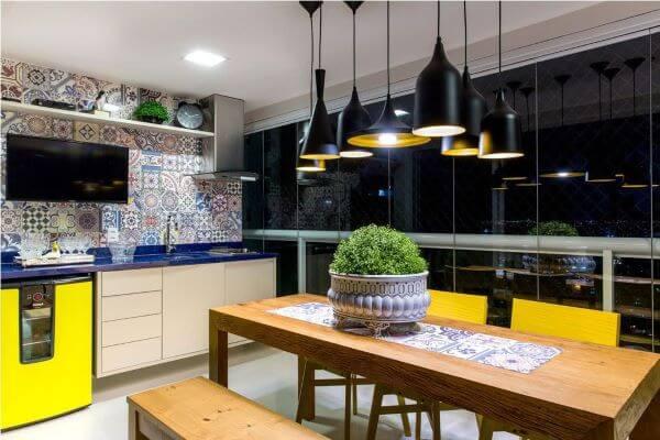 Mesa para varanda gourmet com lustres pretos modernos