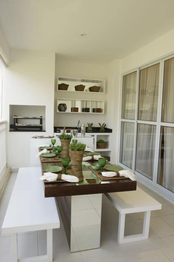 A mesa para varanda gourmet fica perfeita próxima a churrasqueira