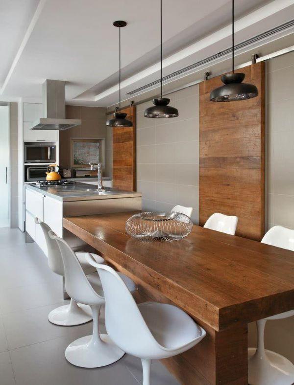Mesa para varanda gourmet de madeira e cadeira tulipa branca