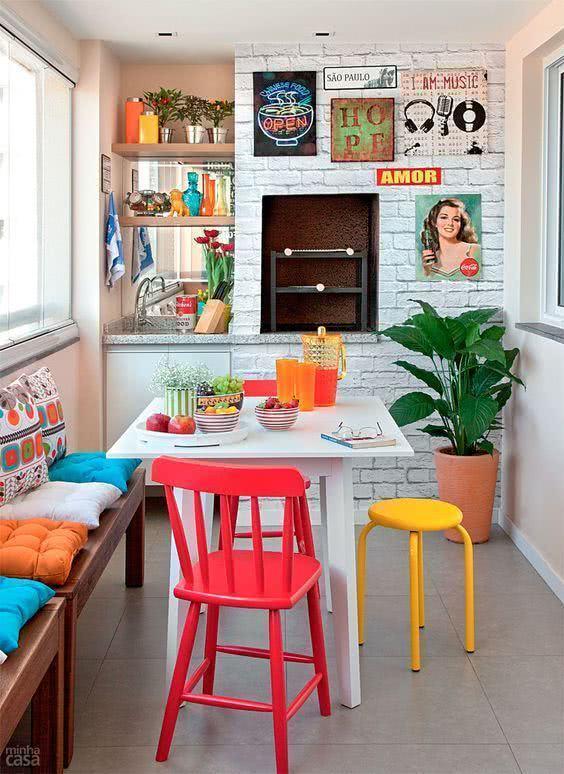 Mesa para varanda gourmet e cadeiras coloridas