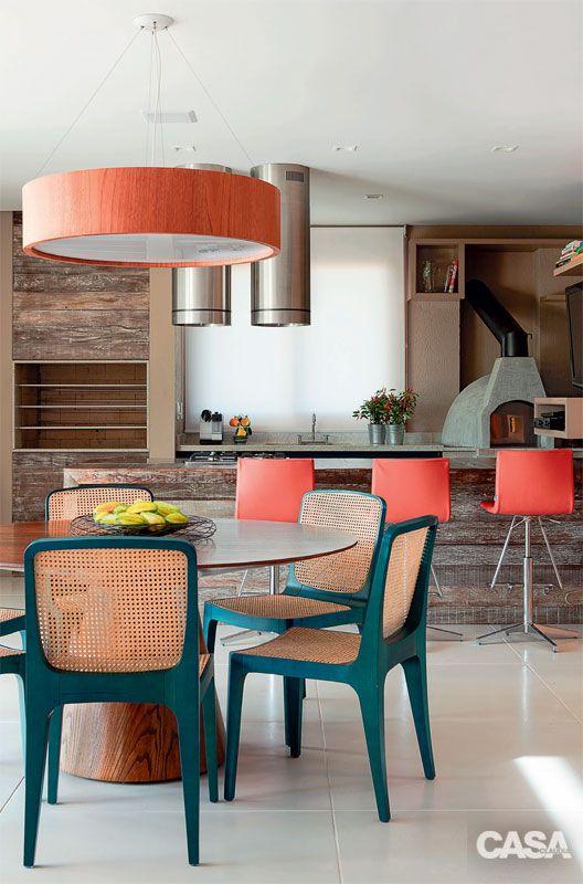 Mesa para varanda gourmet alegre com cores de turquesa e laranja