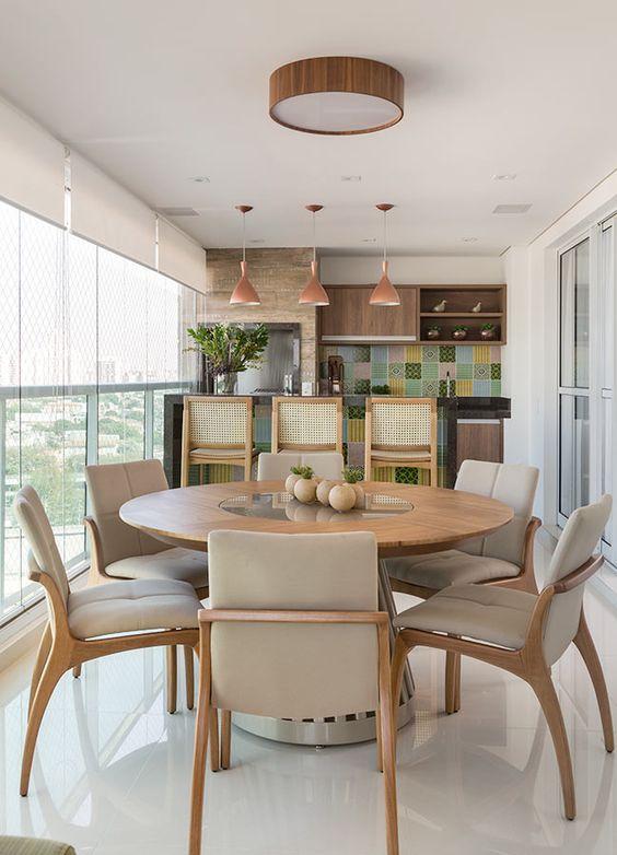 A mesa redonda para varanda gourmet é uma ótima alternativa para ambientes pequenos