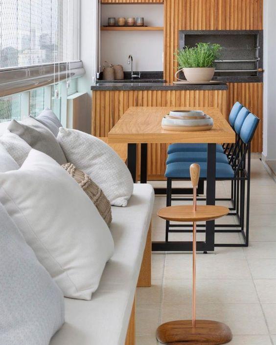 Mesa para varanda gourmet moderna com sofá confortável