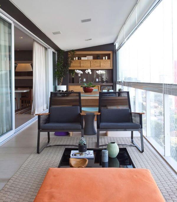Mesa para varanda gourmet pequena com poltronas