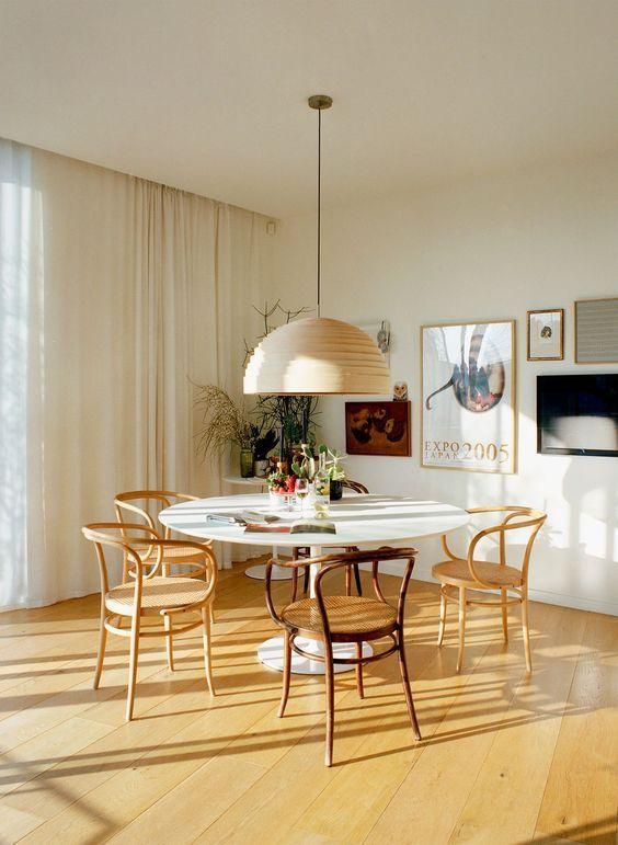Mesa para varanda gourmet redonda com lustre iluminando