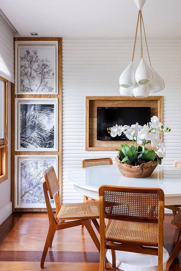 modelo rústico de vaso decorativo para sala de jantar com mesa redonda branca  Foto Pinterest