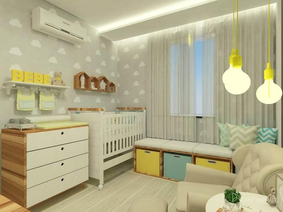 papel de parede tons de cinza com desenhos de nuvens para quarto de bebê decorado com detalhes em amarelo Foto Pinterest