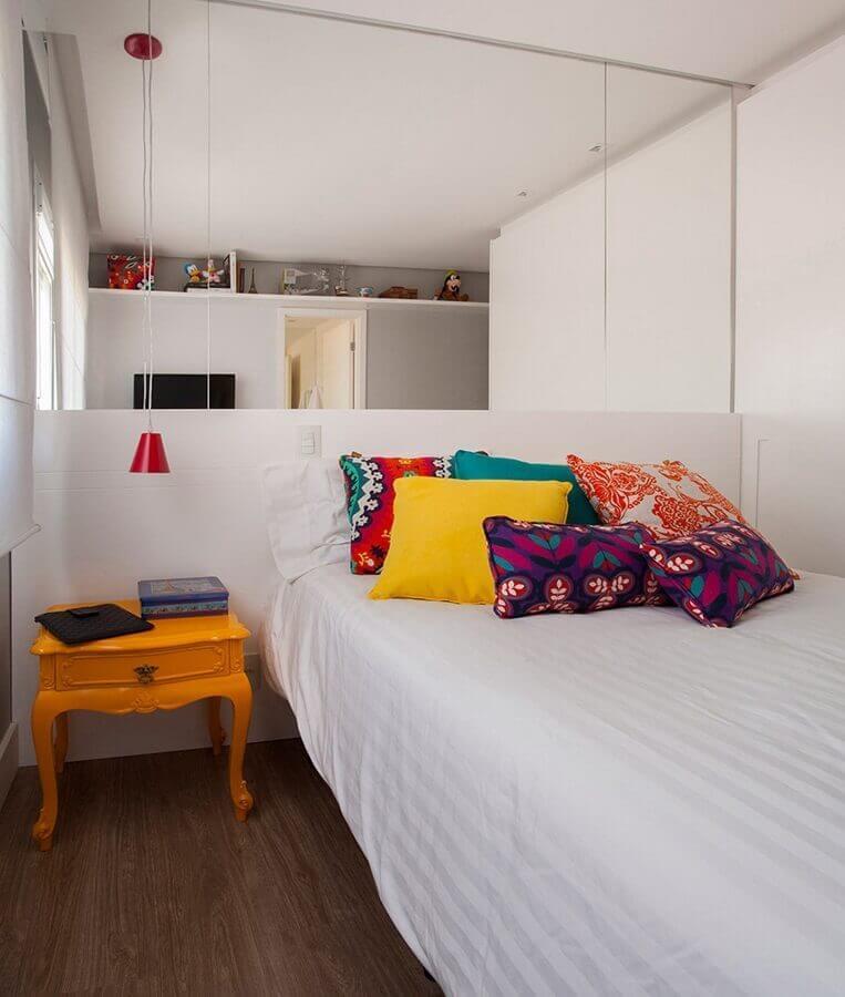 parede de espelho para decoração de quarto pequeno com almofadas coloridas Foto Pinterest