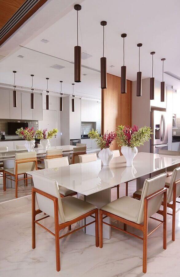 parede espelhada e vasos decorativos para sala de jantar moderna Foto Casa de Valentina