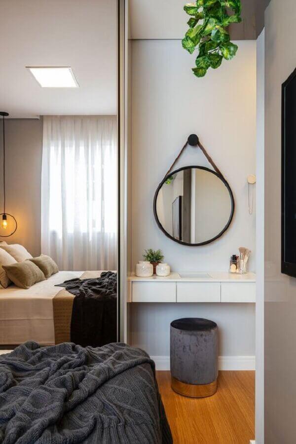 penteadeira pequena decorada com espelho de parede redondo com alça Foto Rúbia M. Vieira Interiores
