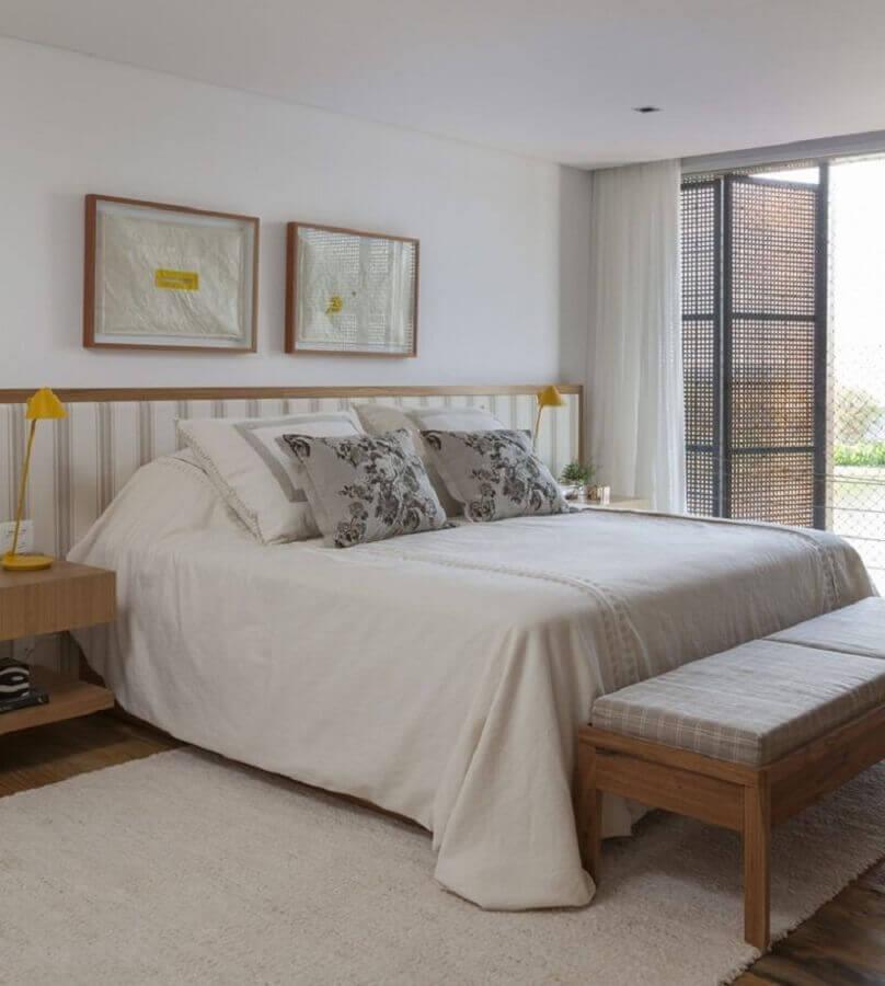 quarto de casal branco decorado com móveis de madeira e tapete bege claro  Foto Mariana Linhares Interiores