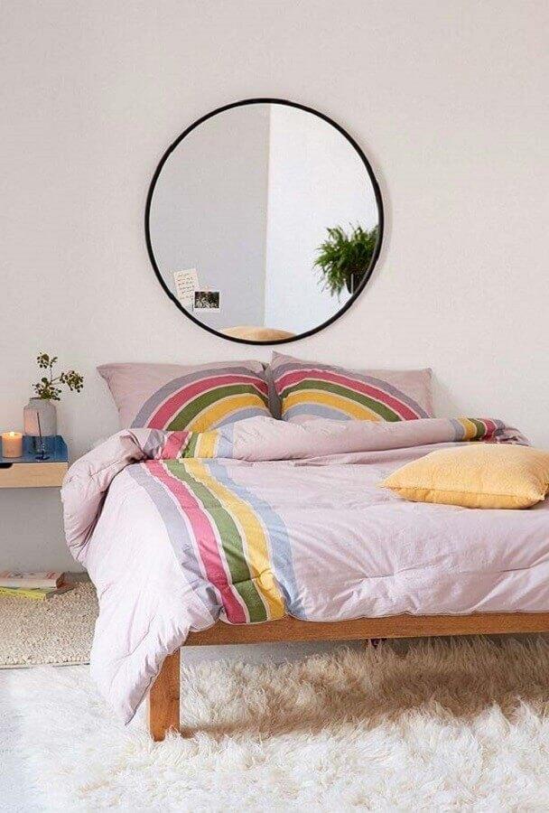 quarto simples decorado com tapete felpudo e espelho de parede redondo  Foto Pinterest