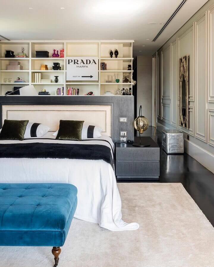 recamier azul para quarto de casal moderno decorado com tapete bege claro Foto Maurício Karam Arquitetura