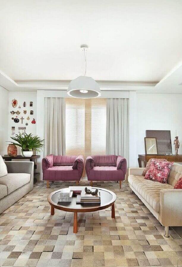 sala de estar decorada com tapete bege de couro quadriculado Foto Jeito de Casa