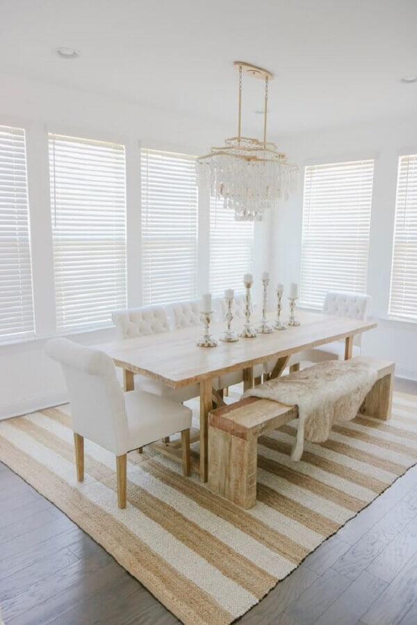 sala de jantar branca decorada com mesa de madeira e tapete bege listrado  Foto McKenna Bleu