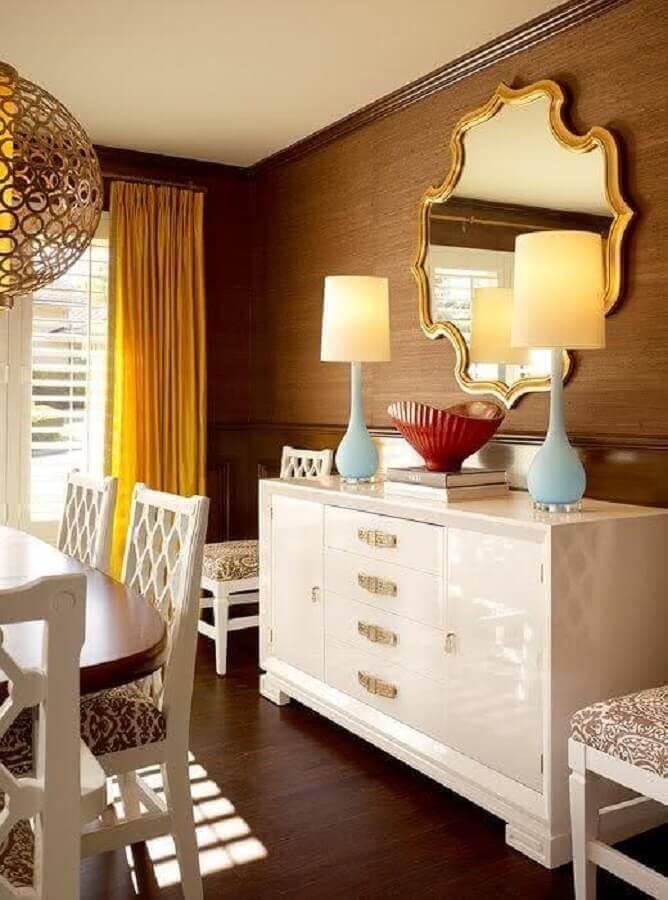 sala de jantar clássica decorada com móveis branco e espelho de parede com moldura dourada  Foto Home Design Ideas