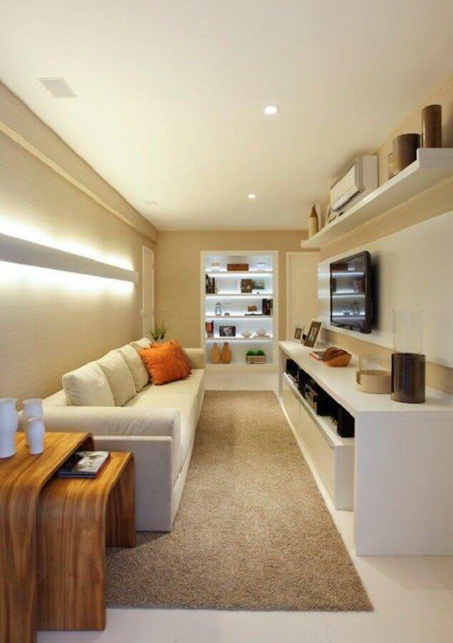 sala pequena decorada com mesa lateral de madeira e tapete bege  Foto Pinterest