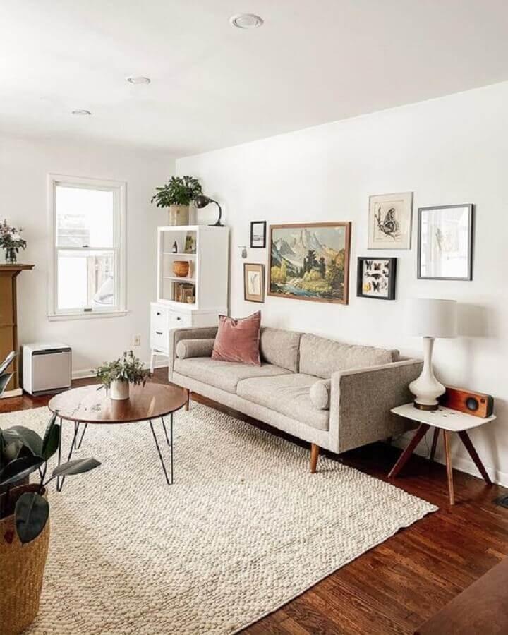 tapete bege claro para decoração de sala com sofá cinza retrô  Foto Jeito de Casa