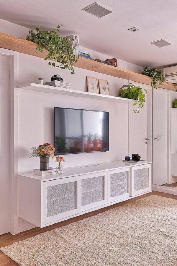 tapete bege claro para sala de tv planejada com rack suspenso Foto Decostore
