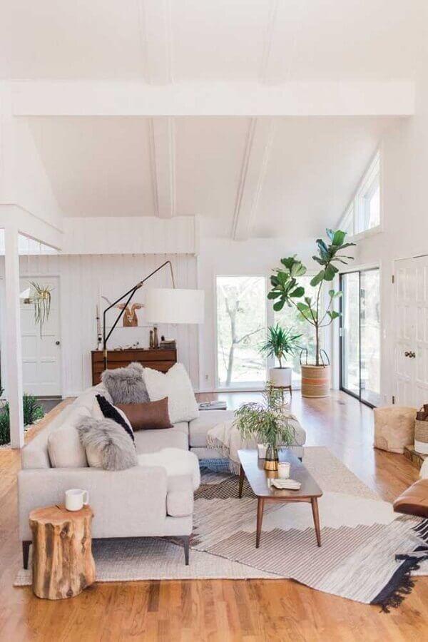 tapete bege para decoração de sala grande com piso de madeira e mesa de centro de madeira  Foto Decor & Home Organizer