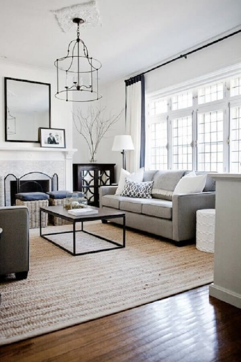 tapete bege para sala de estar clássica decorada com sofá cinza  Foto Apartment Therapy